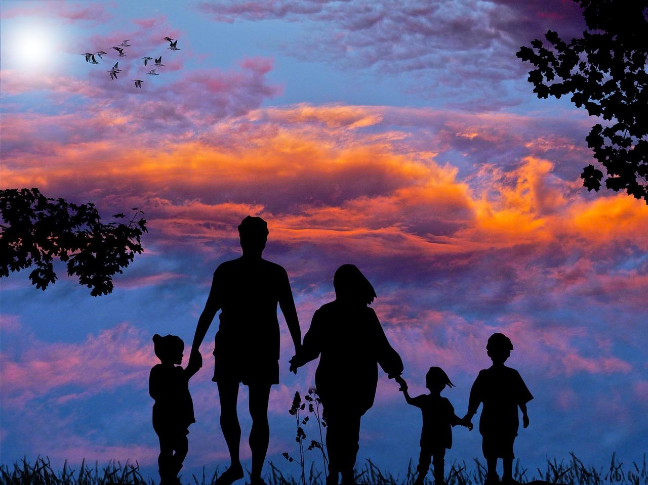 Rodzina trzymająca się za ręce